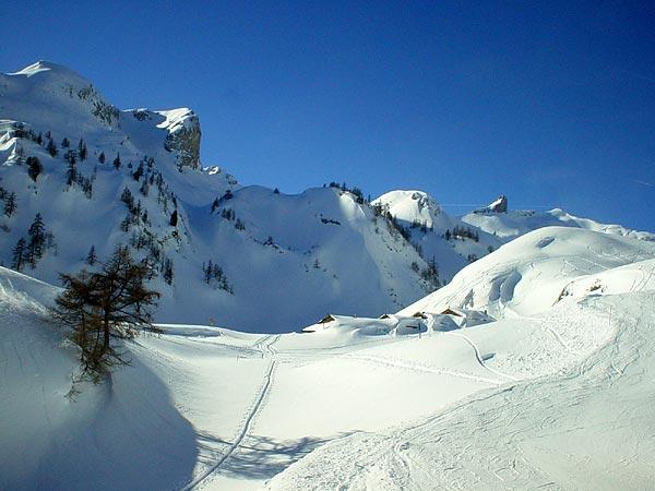 Un petit hameau enneigé sur les hauts d'Ovronnaz, au Valais.