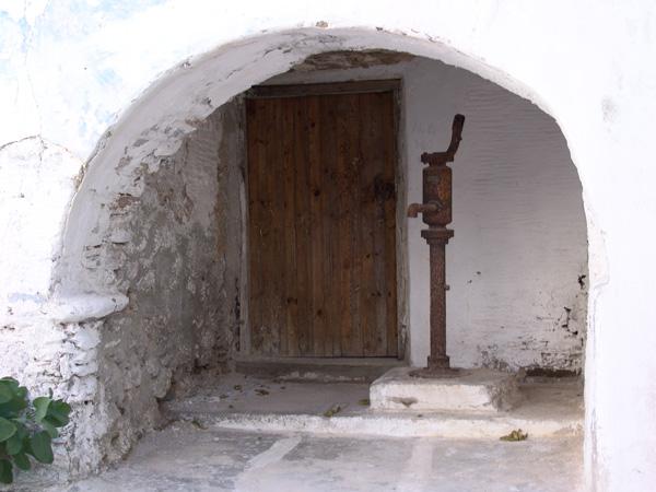 Antiparos, à l'ouest de Paros, c'est son île soeur et durant la Préhistoire les deux îles n'en formaient qu'une. C'est d'ailleurs sur un îlot situé entre Paros et Antiparos que l'on a retrouvé les plus anciennes traces d'occupation humaine dans les Cyclades.<p>On se rend à Antiparos par un petit bac qui part de Pounta ou par un bateau partant de Parikia. Le chenal entre les deux îles est un spot très prisé pour le kite surf.<p>A visiter absolument, la grotte située au sud de l'île: très bien aménagée pour la visite, c'est aussi un excellent moyen d'échapper un moment à la canicule au plus chaud de l'été!