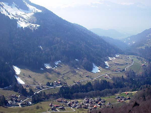 Vue sur le hameau de Frenières depuis les Plans-sur-Bex.