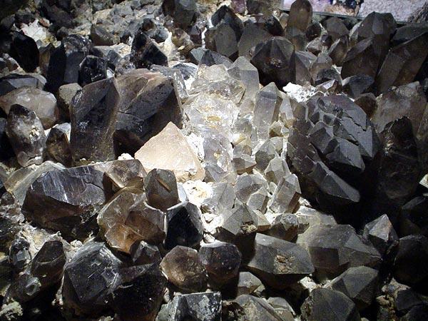 Exposition de cristaux à la Mer de Glace, au-dessus de Chamonix, septembre 2002.