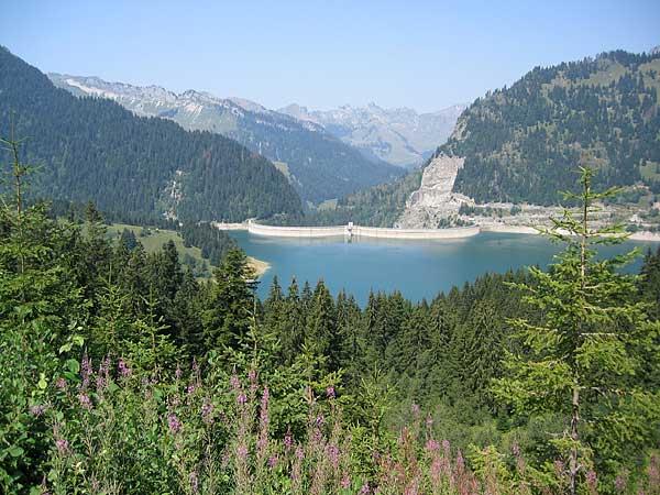 Au-delà de L'Etivaz et de la Lécherette, une vue sur le barrage et le lac de l'Hongrin...