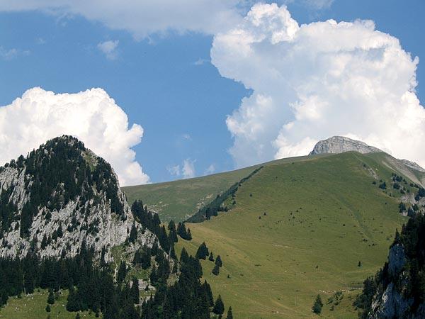 Au-delà de L'Etivaz et de la Lécherette, aux frontières du Pays-d'Enhaut et de la Riviera lémanique, des paysages spectaculaires tout au long de la  route militaire qui longe le lac de l'Hongrin...