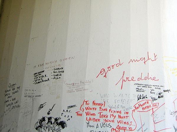 Montreux: graffitis en hommage à Queen et Freddie Mercury à l'entrée des mythiques Mountain Studios...
