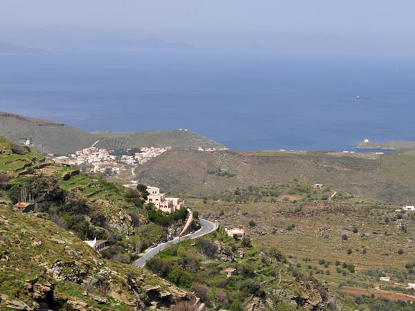 Proche du continent mais difficilement atteignable, Kéa (Tzia) est une île charmante mais plutôt méconnue des touristes étrangers. Elle est surtout fréquentée par les Athéniens parce qu'elle est à 1h seulement du port de Lavrio, au sud de l'Attique.