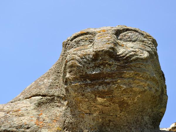Kéa, Cyclades, avril 2012. Balade vers le Lion de Kéa, une des plus anciennes sculptures monumentales de Grèce.<p>Remontant à 600 ans avant notre ère, le Lion de Kéa est remarquablement conservé et permet de faire une très jolie balade à flanc de coteau depuis le village de Ioulidha.