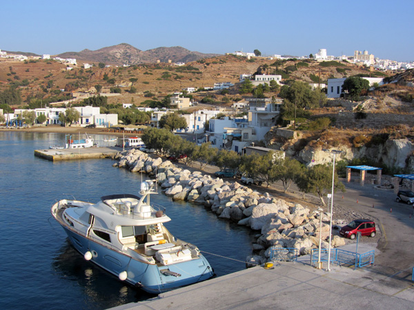 Croisière au large de Kimolos et Polyaigos, îles satellites de Milos. Septembre 2011.