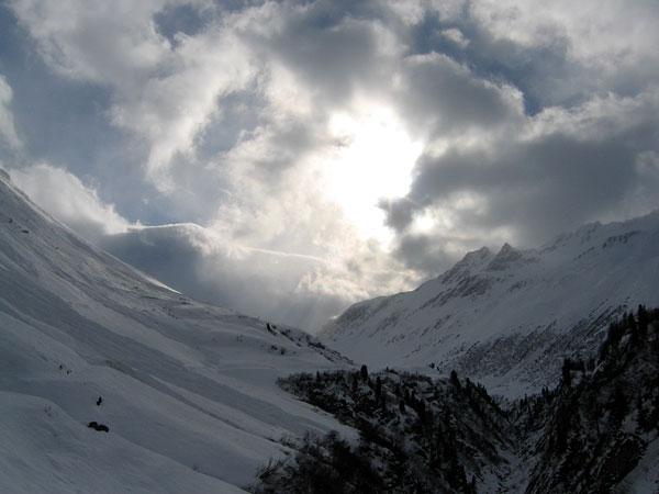 Vision hivernale tout au fond du Val Ferret (Valais), au-delà du village du même nom.