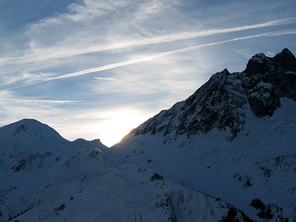 Le soleil se couche sur les cols de Ferret, tout au bout de la vallée du même nom... Au-delà, c'est l'Italie, et un autre Val Ferret...