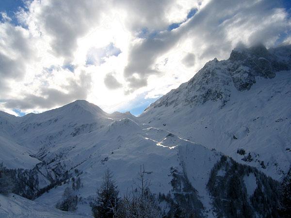 Le soleil va se coucher sur les cols de Ferret, tout au bout de la vallée du même nom... Au-delà, c'est l'Italie, et un autre Val Ferret...