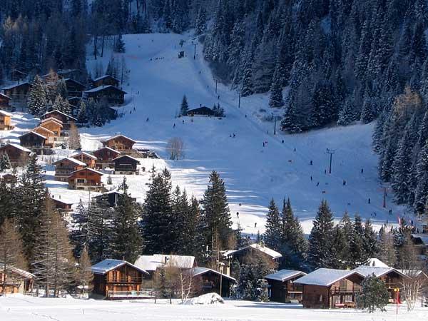Vision hivernale à La Fouly, au Val Ferret (Valais), sympathique station familiale de sports d'hiver (ski alpin, ski de fond, raquettes).