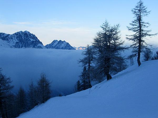 Crépuscule et mer de nuages sur les pistes de ski de La Fouly, au Val Ferret (Valais)...