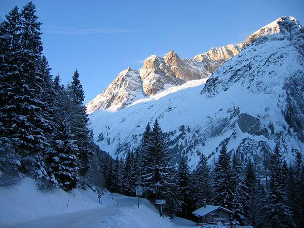 Le soleil se lève sur La Fouly, au Val Ferret (Valais), une sympathique station familiale de sports d'hiver où l'on peut pratiquer ski alpin, ski de fond et raquettes...