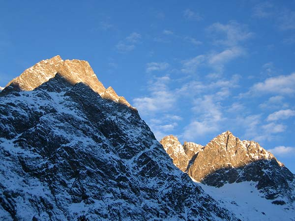 Le soleil se lève sur les cimes qui entourent La Fouly, au Val Ferret (Valais), une sympathique station familiale de sports d'hiver où l'on peut pratiquer ski alpin, ski de fond et raquettes...