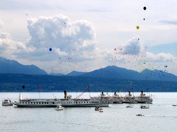 Quelques secondes après le lâcher de ballons lors de la parade des vapeurs de la CGN au large du Musée Olympique (Lausanne-Ouchy), 11 mai 2003.