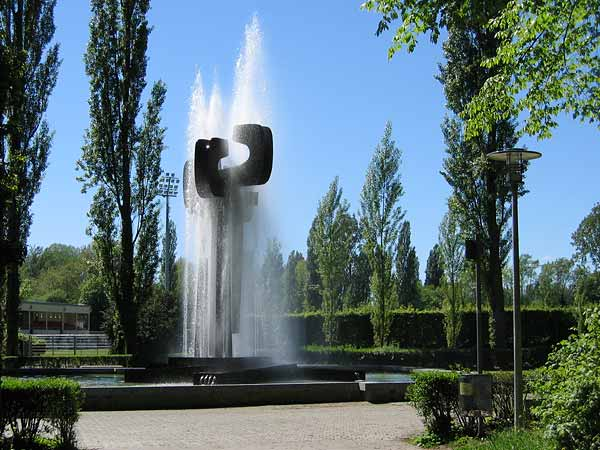 Lausanne-Vidy: une fontaine-sculpture près du Stade olympique.