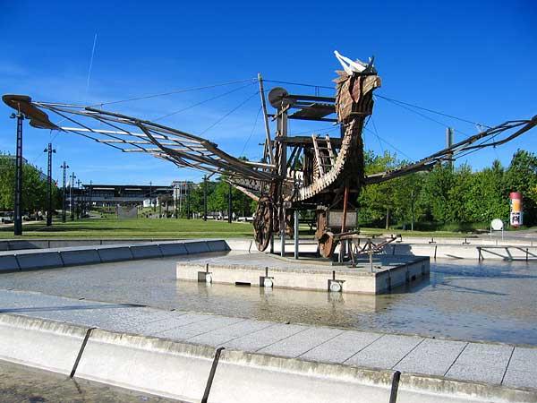 Lausanne: une sculpture de la Collection de l'Art brut à l'entrée de l'EPFL.