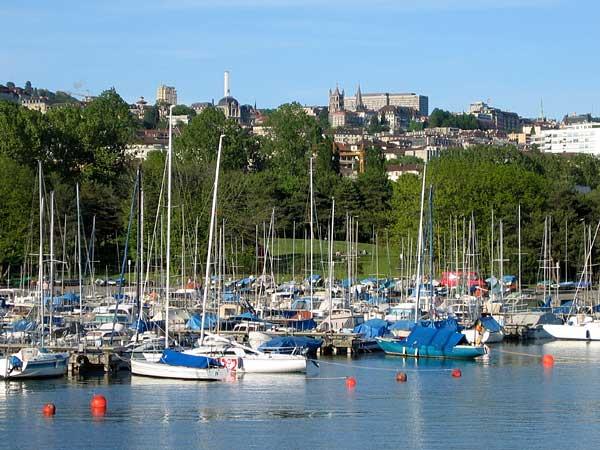 Lausanne: vue sur le port de Vidy, avec la Cathédrale à l'arrière-plan.