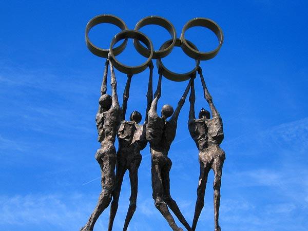 Lausanne: sculpture à l'entrée du siège du CIO - Comité International Olympique, à Vidy.