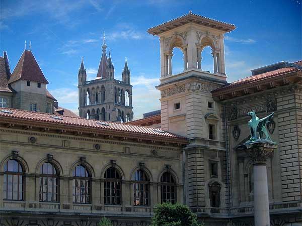 Lausanne: le Palais de Rumine, avec en arrière-plan la tour de la Cathédrale.