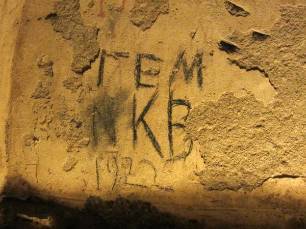 Les Catacombes de Milos, profondes de 185m, sont les plus importantes du monde connu, juste après celles de Rome. Comme dans la Ville éternelle, les premiers chrétiens y enterraient leurs morts et s'y réfugiaient lors des persécutions.<p>On ne peut en visiter qu'une petite partie, mais ça vaut le détour!