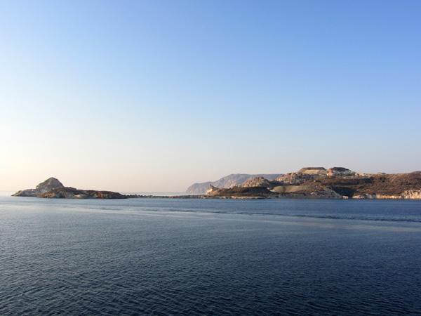 Milos, tout comme Santorin, est une &icirc;le volcanique et une v&eacute;ritable merveille g&eacute;ologique. Riche en minerais, elle est passablement trou&eacute;e de mines et de carri&egrave;res qui g&acirc;chent souvent ses paysages.<p>Les infrastructures touristiques sont donc plut&ocirc;t regroup&eacute;es vers les plages, m&ecirc;me si un petit tour du c&ocirc;t&eacute; des villages de Plaka et de Tripiti, sur les hauteurs, s'impose ne serait-ce que pour les panoramas spectaculaires qu'ils offrent.