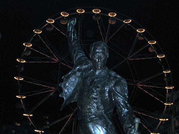 Montreux, Marché de Noël 2003: la statue de Freddie Mercury sur fond de grande roue...