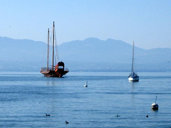 La galère à son mouillage au large du port de Morges.