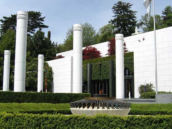 Lausanne: l'entrée du Musée olympique, avec la flamme olympique au premier plan.
