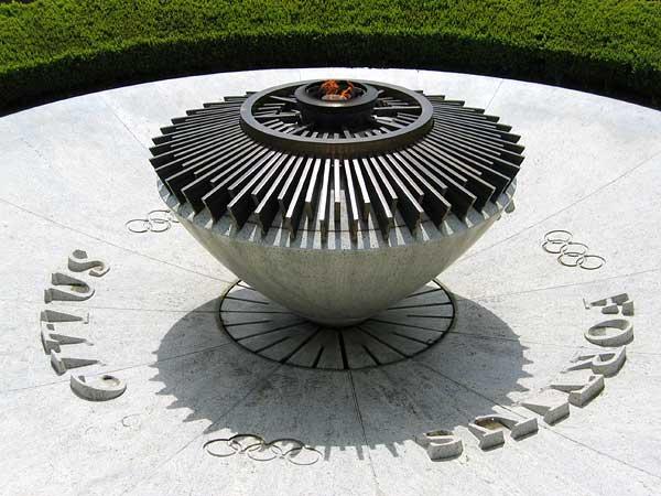 Lausanne: la flamme olympique, à l'entrée du Musée.