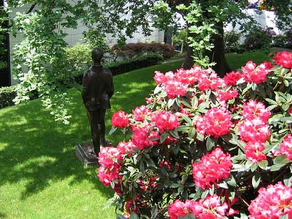 Lausanne: derrière le Musée olympique veille la statue de Pierre de Coubertin, fondateur des JO modernes.