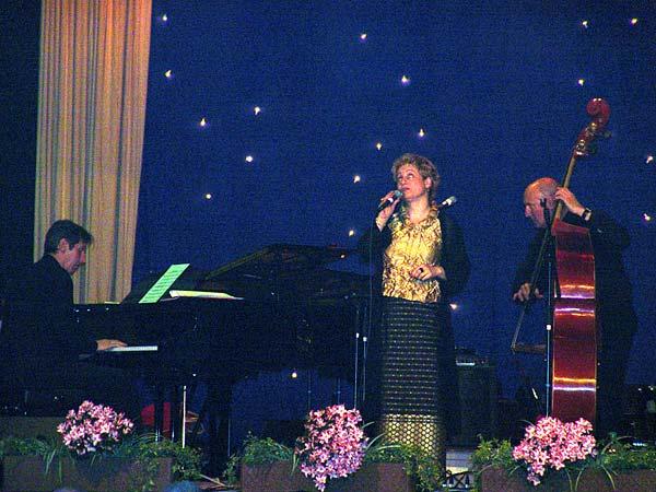 Nuits du Jazz 2004: André Wentzo Trio avec Kristin Marion.