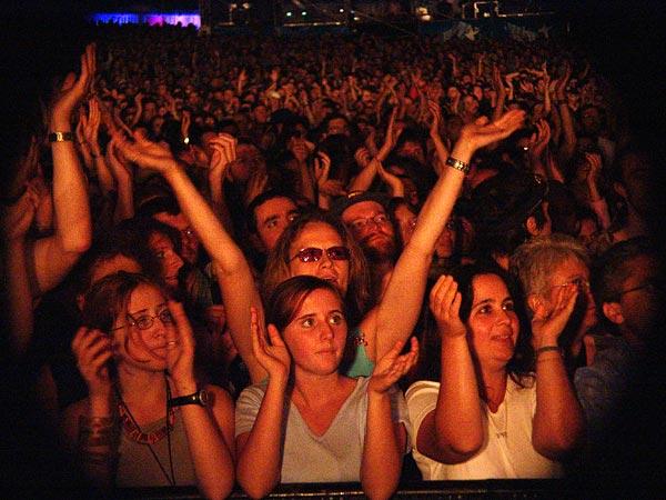 Paléo Festival 2004: the crowd supporting Daby Touré (Peter Gabriel's guest), July 21, Grande Scène