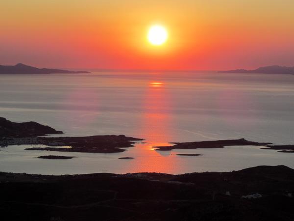 Paros, septembre 2011. Coucher de soleil sur Antiparos, avec Sifnos et Serifos à l'arrière-plan.