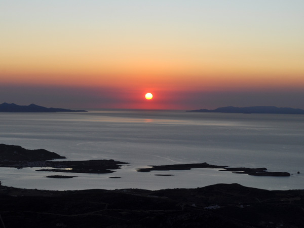 Paros, septembre 2011. Coucher de soleil sur Antiparos, Sifnos et Serifos.