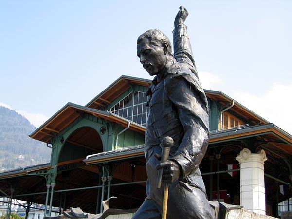 Montreux: la statue de Freddie Mercury, avec le Marché couvert en arrière-plan.