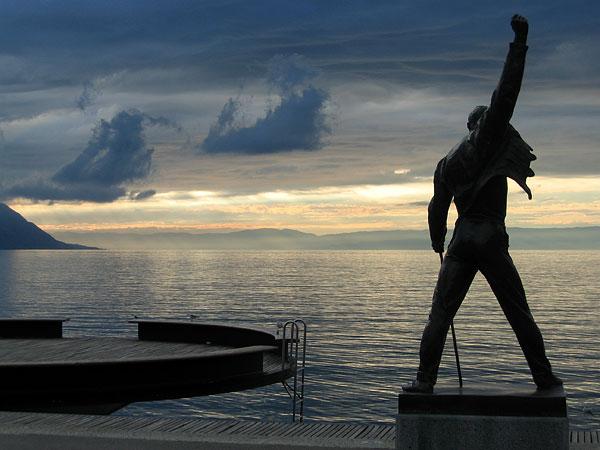 Octobre 2003, la statue de Freddie Mercury au coucher du soleil, par un temps orageux...