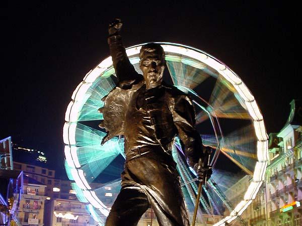Montreux: la statue de Freddie Mercury de nuit, sur fond de Marché de Noël.