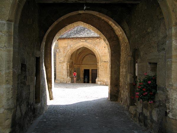 Autour de l'Abbatiale de Romainmôtier.
