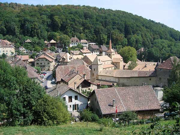 Vue sur le village de Romainmôtier et son abbatiale.