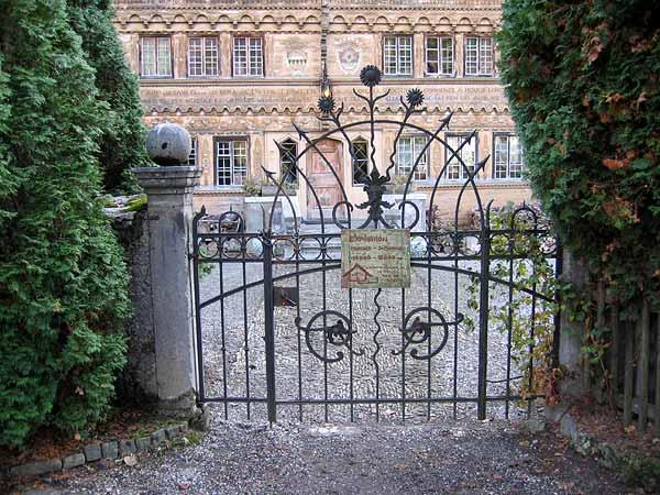 Rossinière: la grille d'entrée du Grand Chalet. Le panneau invite les visiteurs à découvrir la petite exposition