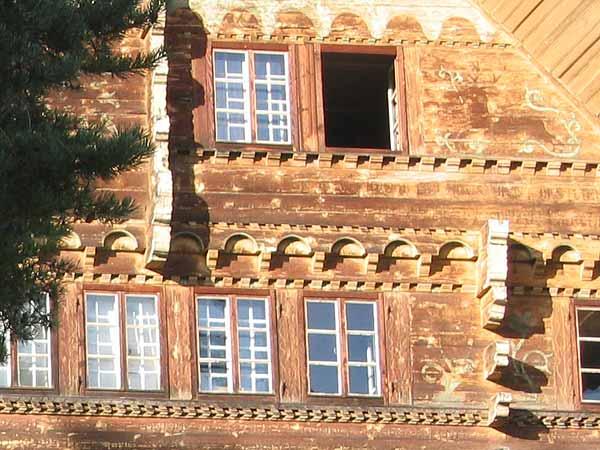 Qu'est-ce qui se cache dans l'ombre de cette fenêtre ouverte? Une invitation au rêve du Grand Chalet, où Balthus vécut et peignit jusqu'à son dernier jour...