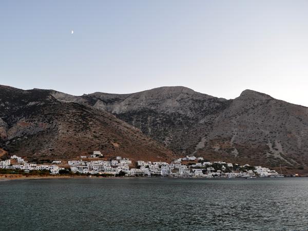 Kamares, port de Sifnos, une île peu connue des Cyclades, dont la gastronomie est réputée. Septembre 2011.