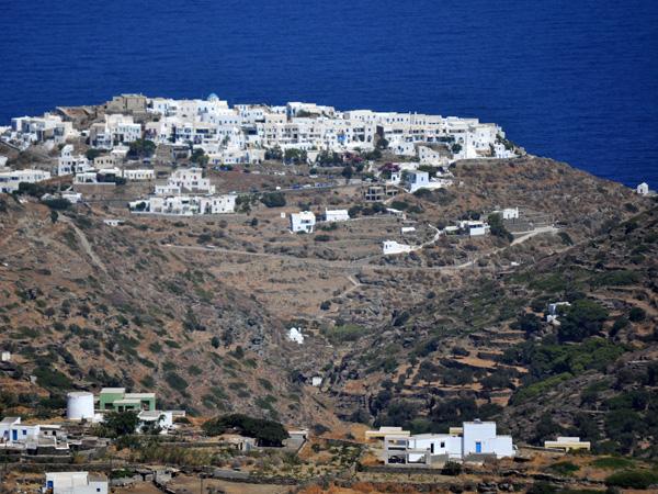 Kastro, sur la côte est de Sifnos, ancienne capitale de l'île. En Grèce, beaucoup de villages s'appellent Kastro puisque ce toponyme signifie forteresse.<p>Le Kastro de Sifnos, perché sur une colline et dominant  de façon vertigineuse la magnifique chapelle d'Efta Martyres battue par les vagues, constitue sans aucun doute un des plus beaux villages des Cyclades.<p>Blotties au coeur des restes impressionnants d'une forteresse vénitienne, ses ruelles enchevêtrées et ses points de vue spectaculaires font le bonheur des amoureux de l'authenticité...