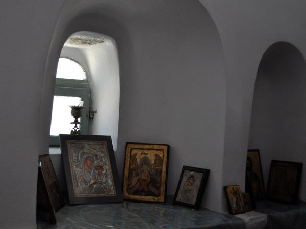 Combien y a-t-il d'églises en Grèce? 100000? Un million? Davantage encore? Chapelles, églises, monastères à profusion, avec une richesse architecturale et  iconographique tout simplement incroyable...<p>L'église orthodoxe est omniprésente dans tout le pays: certains Grecs construisent même leur petite chapelle privée sur leur propriété, juste à côté de leur maison!