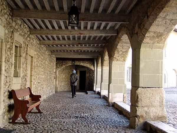 Rolle: arcades dans la cour du château.