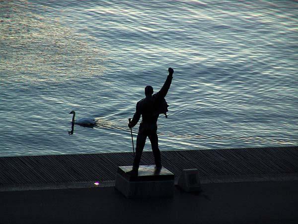 Montreux: la statue de Freddie Mercury au coucher de soleil, juin 2004.