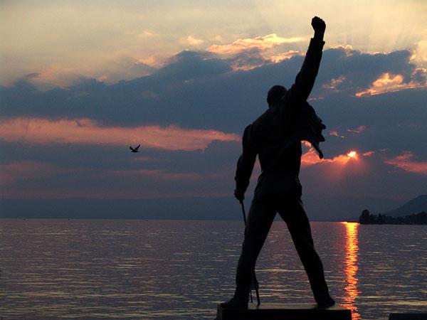 Montreux, la statue de Freddie Mercury face aux dernières lueurs du jour sur le lac Léman, 29 juillet 2004.