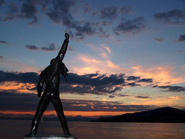 Montreux, la statue de Freddie Mercury face aux feux du soleil couchant, 11 août 2004.
