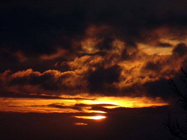 Le soleil se couche sur les Préalpes fribourgeoises: vue depuis le Chalet du Soldat, au pied des Gastlosen, en Gruyère, août 2004.