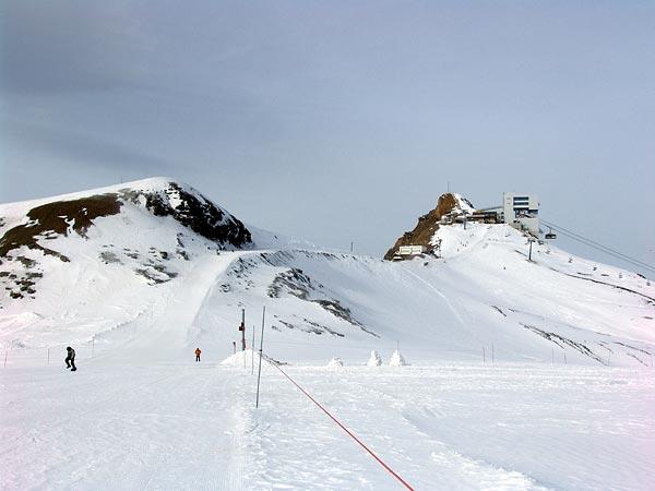 Glacier des Diablerets, vue sur la station du téléphérique Glacier 3000 et sur le départ des pistes, 28 novembre 2004.